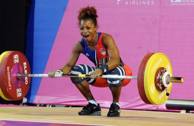 Beatriz Pirón estableció dos nuevas marcas y se alzó con la medalla de oro de la categoría 49 kilos femeninos en las competencias de pesas.