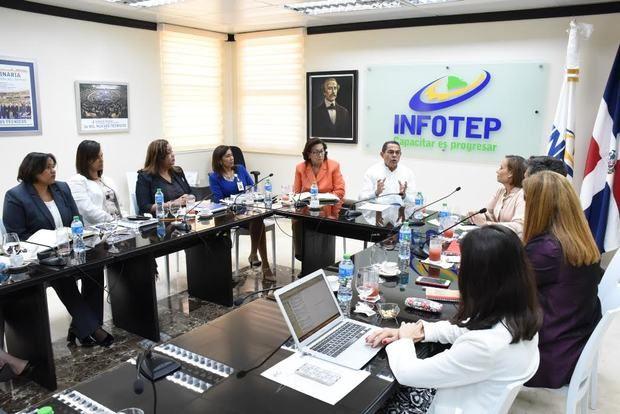 Rafael Ovalles, director general del INFOTEP recibe el informe de los avances para adecuar los programas de formación al MNC.