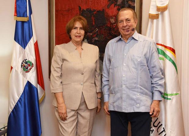 EduardoSelman recibe en su despacho a la nueva ministra de Cultura, Carmen Heredia.
