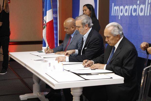 El documento fue suscrito por Abinader y los doctores Roberto Fulcar y José García Ramírez, director general y presidente de la Comisión de Ética.