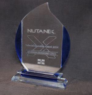 La placa de reconocimiento otorgada por la empresa internacional de tecnología Nutanix Latam a Referencia Laboratorio Clínico.