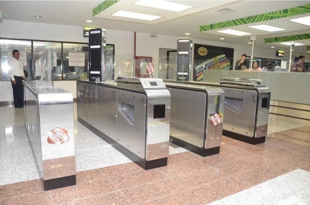 Migración llama usar Auto Gate para agilizar tránsito pasajeros en aeropuertos durante la temporada navideña