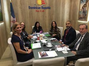 Magaly Toribio, asesora de Marketing del Ministerio de Turismo (MITUR) junto  a integrantes de la 40 versión de la WTM, celebrada recientemente en Londres.