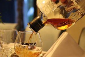 """Durante """"Rum Journey"""", organizada por The Tasting Club, los invitados degustaron las mejores combinaciones de productos de Ron Barceló."""