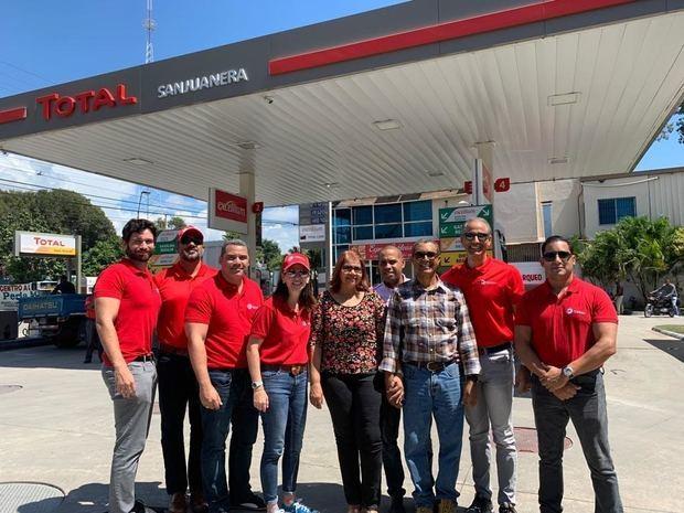 Ejecutivos de Total y miembros de sus equipos durante la visita a una estación de servicio como parte de la celebración de la Semana del Cliente.