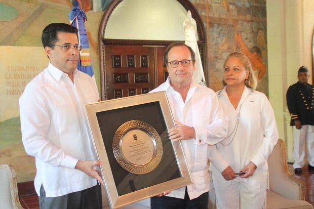 David Collado, otorgó reconocimiento a Francois Hollande durante su visita en el Palacio Consistorial.