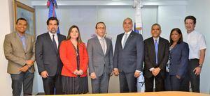 Miembros de la Dirección General de Aduanas, DGA y los representantes - importadores de Vinos y Licores Asociados, Inc. Rivlas.