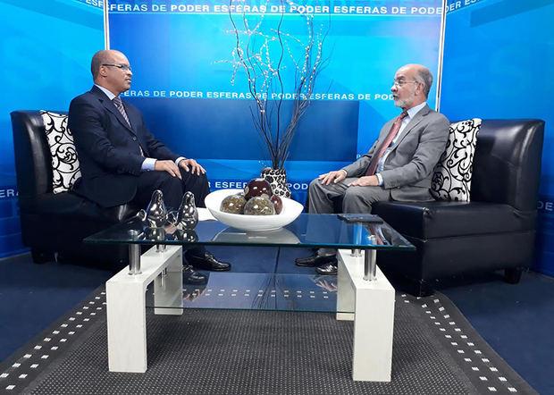 El politólogo Daniel Pou es entrevistado por el periodista Federico Méndez, en el Programa Esferas de Poder.