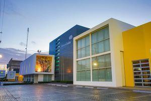 Fachada de la sede central de Banco Caribe, en la avenida 27 de Febrero, en Santo Domingo.