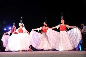 La agrupación folklórica de Paraguay, en un momento de la presentación de la danza de las botellas.