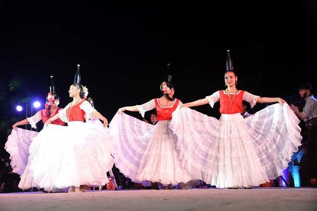 Entre canto de cofradías y bailes celebran el Día Mundial de Folklore en Plaza España