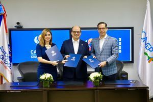 Odile Miniño Bogaert, Antonio Ramos y César Dargam, luego de firmar el acuerdo.