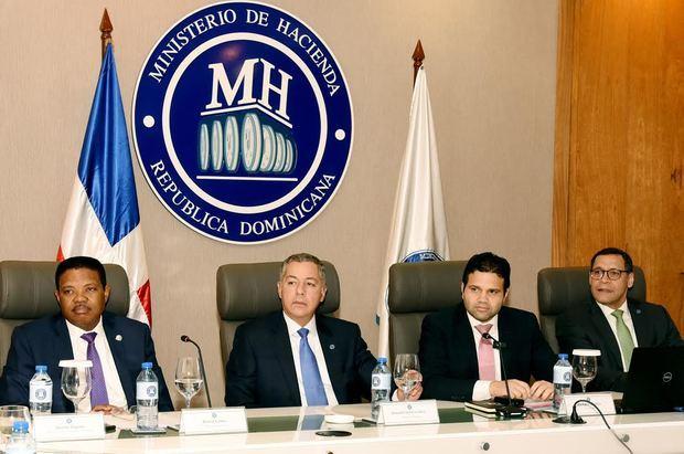 Rafael Gómez, viceministro del Tesoro; Donald Guerrero Ortiz, ministro de Hacienda; Richard Medina, director del Gabinete Ministerial y Manuel Arturo Pérez Cancel, Viceministro Técnico Administrativo.