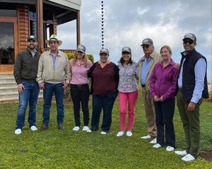La embajadora de los Estados Unidos, Robin Bernstein y su comitiva junto a sus anfitriones.