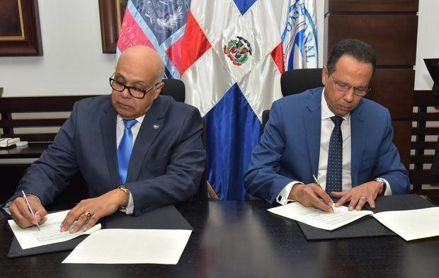 ministro de Educación (MINERD), Antonio Peña Mirabal y el presidente del Consejo Nacional de Drogas (CND), Juan Luis Rafael Peralta Guerrero, firmaron un acuerdo de colaboración interinstitucional dirigido a la prevención y concienciación en los centros educativos.