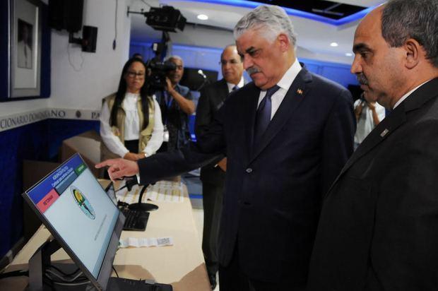 Miguel Vargas durante simulacro de votación electrónica (Foto de archivo).
