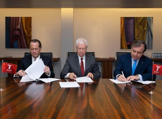 De izquierda a derecha en la imagen, Juan Carlos Escotet Rodríguez, Presidente de ABANCA, Fernando Teixeira dos Santos, Presidente de EuroBic, Francisco Botas, consejero delegado de ABANCA.