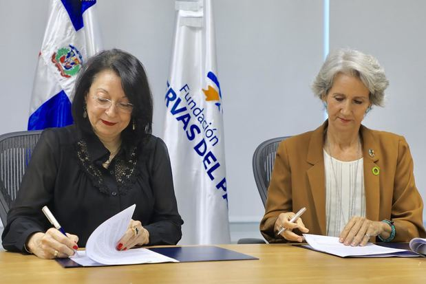 Presidenta ejecutiva de  Fundación Reservas del País, Rosa Rita Álvarez y la gerente ejecutiva de Sostenibilidad 3Rs, Ginny Heinsen Bogaert.