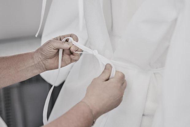 Louis Vuitton ha comenzado la producción de batas en su taller de prêt-à-porter, ubicado en la rue du Pont Neuf de París.
