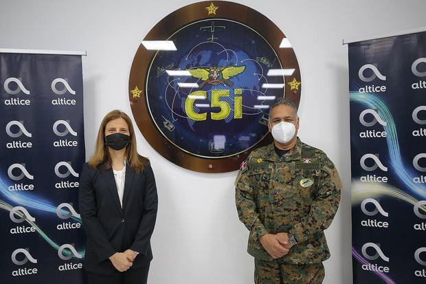 Ana Figueiredo, CEO de Alice mientras hace la entrega de la App al Ministro de Defensa, Rubén Darío Paulino Sem.