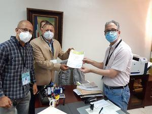 El presidente y el secretario general del PVD, José Antolin Polanco Y Rigoberto Acevedo, entrega los fondos y el documento al secretario general de la JCE, Ramón Hilario Espiñeiro.