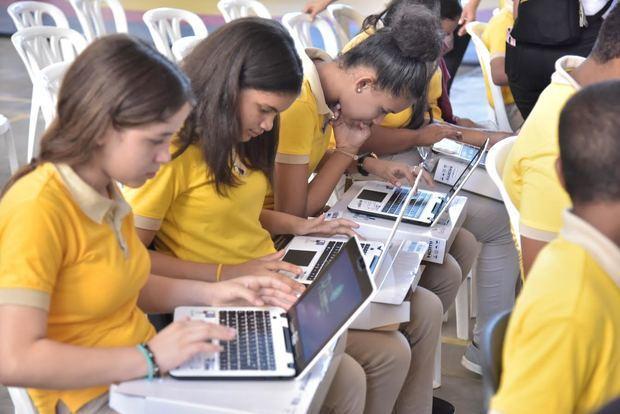 Minerd entrega de casi 7 mil computadoras a estudiantes de secundaria