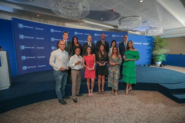 En primer plano, los representantes de las tres iniciativas ganadoras: Agro360, Rider Lock y Ozeano Swimwear, y del proyecto Óleo Beauty, el cual obtuvo una mención especial. Junto a ellos, detrás, ejecutivos de la entidad bancaria.