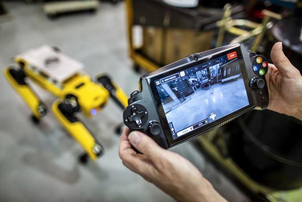 Estos robots pueden desplazarse por áreas difíciles de alcanzar dentro de la fábrica para escanearlas con láser y cámaras de alta definición, recogiendo información que se utiliza para reestructurar las plantas, ahorrando tiempo y dinero a los ingenieros de Ford.