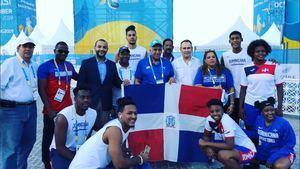Luis Mejía,  presidente del comité olímpico dominicano, junto a la delegación y los atletas dominicanos durante la celebración de los I Juegos Mundiales de Playa en Doha, Qatar 2019.
