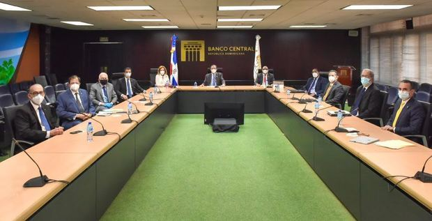 Héctor Valdez Albizu, gobernador del Banco Central, sostuvo una reunión con presidentes de bancos múltiples para presentar un mecanismo de mayor flexibilización para los refinanciamientos de préstamos.