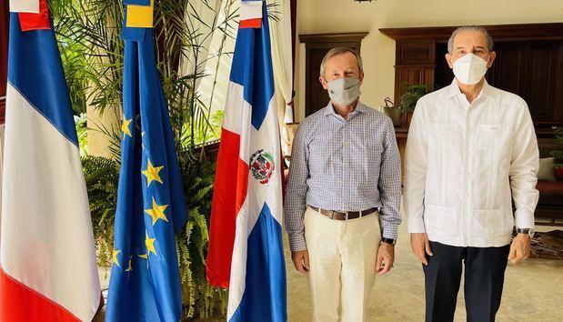 MESCYT y Embajador de Francia encabezan encuentro con egresados dominicanos de universidades francesas