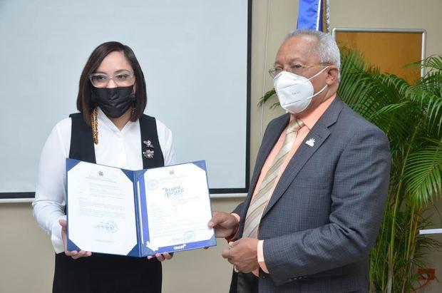 Elizabeth Mena recibe la certificación de Salvador Ramos.