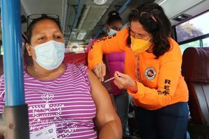 La unidad móbil lleva 400 dosis a sector Los Peralejos de Santo Domingo en su primera parada.