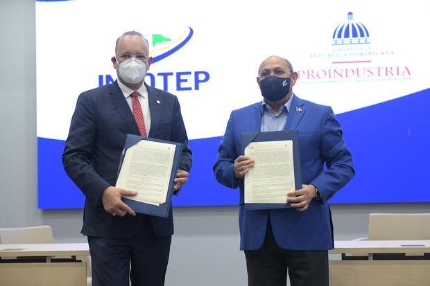 Directores generales del INFOTEP, Rafael Santos Badía, y de PROINDUSTRIA, Ulises Rodríguez.