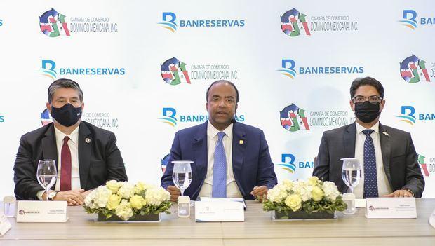 Samuel Pereyra, administrador general de Banreservas, durante el encuentro con miembros de Cadommex. Les acompañan, a la izquierda, el embajador de México, Carlos Peñafiel; y, a la derecha, el presidente del organismo empresarial, Juan Amell.