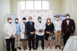 Tony Peña junto a personal del Oncológico de Santiago.