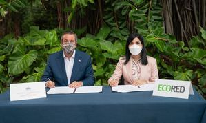 Firman el acuerdo de colaboración institucional, la presidenta de ECORED, Mariel Bera y el ministro Jorge Orlando Mera.