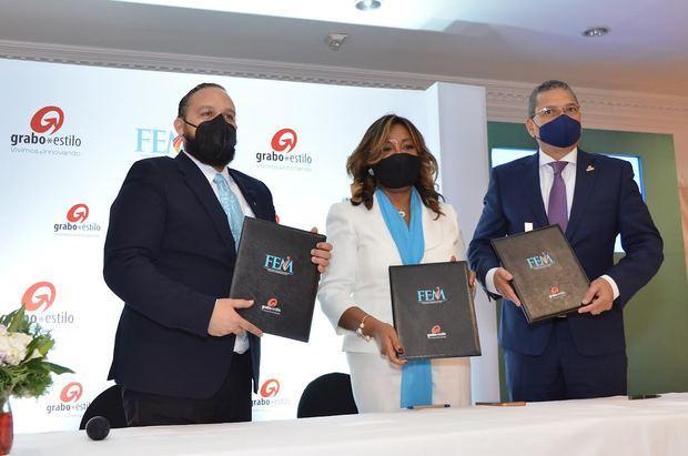 Omar Rivera, Amarilys Duran e Ignacio Glass al finalizar el acuerdo.