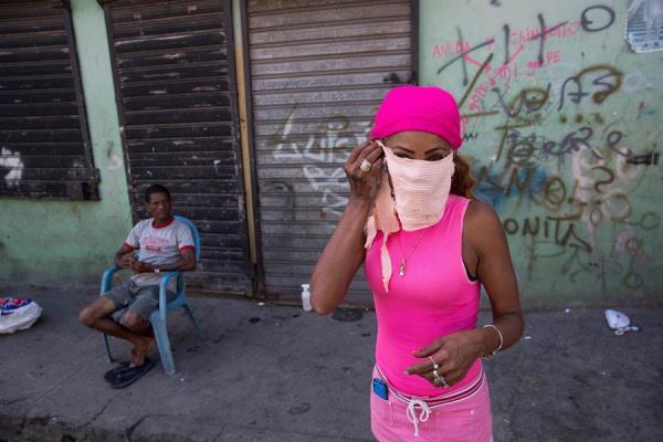 La República Dominicana está en estado de emergencia desde el jueves 19 de marzo y al día siguiente se decretó el toque de queda, cuyo horario de aplicación es de 5.00 de la noche a 6.00 de la mañana (hora local), tras adelantarse tres horas su inicio desde el pasado viernes.