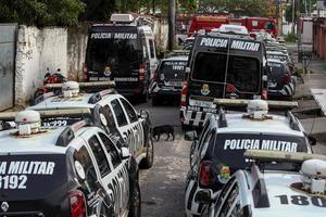 Varios vehículos de la policía permanecen fuera de servicio en el 18 Batallón de la Policía Militar durante el segundo día de huelga policial este jueves a la ciudad de Fortaleza, en el estado Ceará, Brasil.