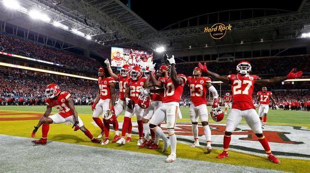 Los jugadores de los Kansas City Chiefs celebran una intercepción en los minutos finales contra los San Francisco 49ers poco antes de ganar el Super Bowl LIV de la Liga Nacional de Fútbol, en el Hard Rock Stadium de Miami Gardens.