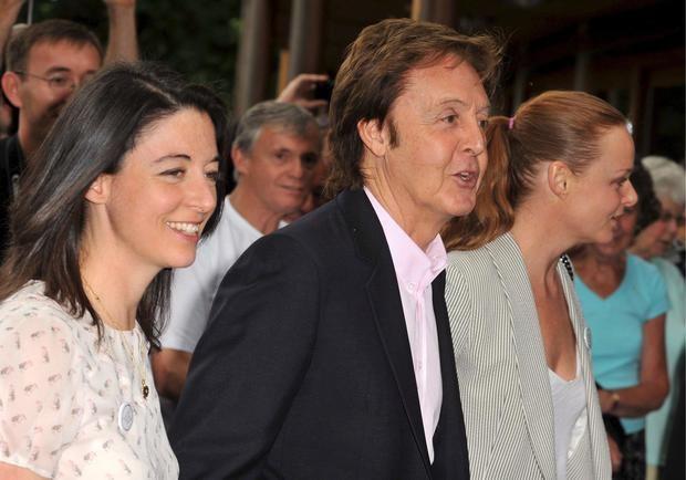 El cantante Paul McCartney y sus dos hijas Stella (dcha) y Mary asisten a un evento en Londres, Reino Unido.