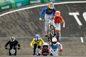 Mariana Pajón (arriba) de Colombia compite en los Juegos Olímpicos 2020, este viernes en el Parque Deportivo Urbano de Ariake en Tokio, Japón.