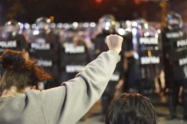 Miembros de la unidad antidisturbios de EE.UU. renuncian tras brutalidad policial