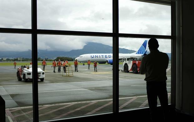 Fotografía de archivo de un hombre mientras observa un avión en el Aeropuerto Internacional Juan Santamaría, en San José, Costa Rica.