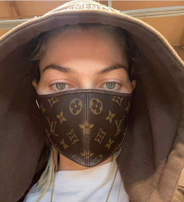 'La modelo Jessica Hart con una de las nuevas mascarillas lanzadas por Louis Vuitton.