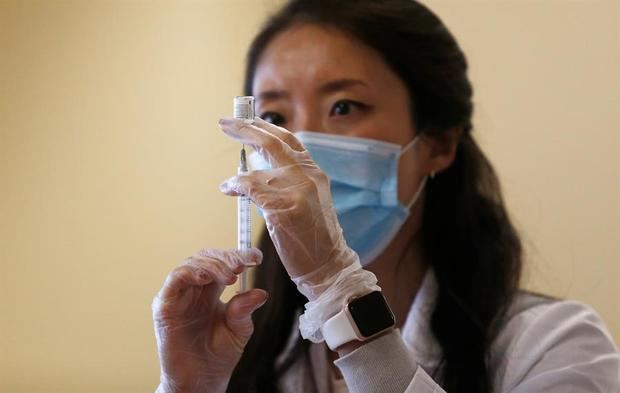 La cepa británica alcanza EE.UU. mientras la campaña de vacunación se retrasa