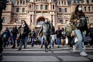 Decenas de personas con tapabocas fueron registradas este martes a la salida de la estación ferroviaria de Constitución, en Buenos Aires, Argentina.