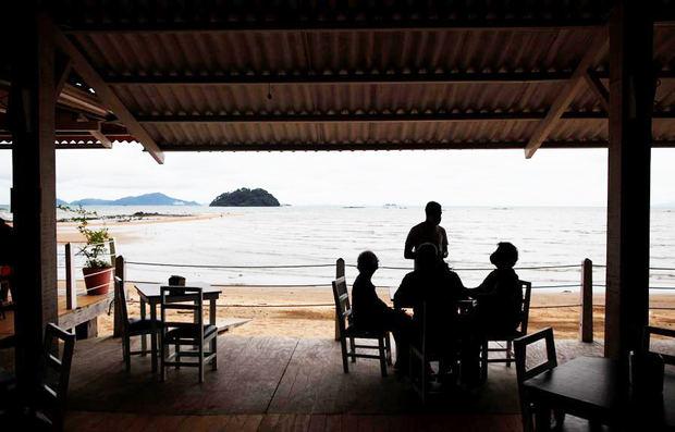 Una familia almuerza hoy, en la playa de Veracruz, durante el primer día de reapertura en Ciudad de Panamá, Panamá.