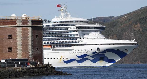 Un crucero logra atracar en Florida tras dar negativo a prueba dos tripulantes